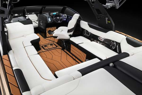 Malibu-23-LSV-Cockpit-Seating